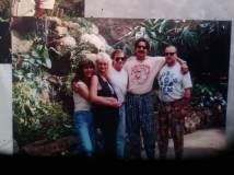 Links: Wif mit seinen Frauen